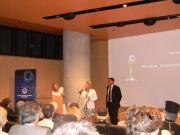 Η Κα Πατακάκη, Προϊσταμένη Δημοσίων Σχέσεων της Alpha Bank, παραλαμβάνει το βραβείο