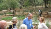Στο κέντρο ο Robin Lane Fox και αριστερά η φίλη  Caroline Davis που έχει επισκεφθεί επανειλημμένως τον Κήπο μας από τη μακρινή Αυστραλία