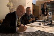 Ο Πρόεδρος της FEDENATUR Roberto della Rovere υπό τα βλέμματα των Maria Marti και Teresa Pastor υπογράφει την πράξη «διάλυσης» της FEDENATUR