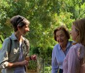 Η Πρέσβειρα Κέιτ Σμιθ με την αντιπρόεδρο της Φιλοδασικής Βαλή Μανουηλίδη  και την υπεύθυνη του Βοτανικού Κήπου Σοφία Πηλαβάκη.