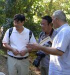 Ο Kαθ. Li Si-Feng (αριστερά) και o Dr Yuan  Yongming παρακολουθούν την ξενάγηση από τον κ. Πάγκα