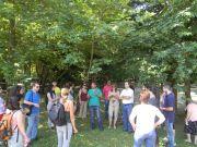 Ο κ. Γ. Φωτιάδης ξεναγεί τους συμμετέχοντες στο Συμπόσιο στον Βοτανικό Κήπο «Κεφαλόβρυσο»